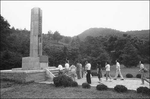 우금치 고개에 세워진 동학군 위령탑 우금치 고개에 세워진 동학군 위령탑